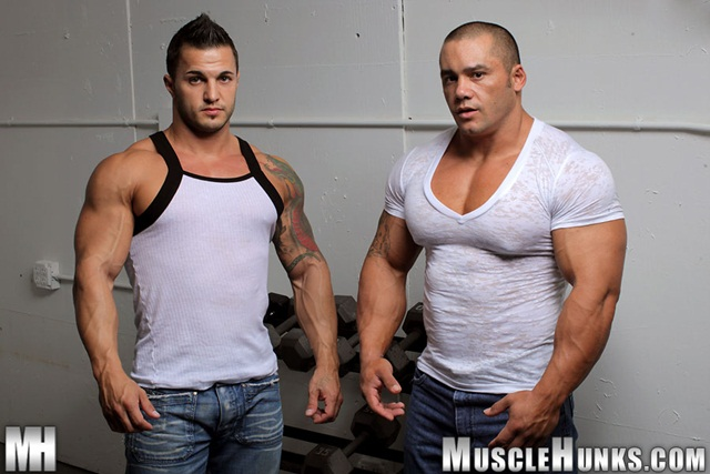 Muscle Hunks Ripped Bodybuilder Strips Naked And Strokes His
